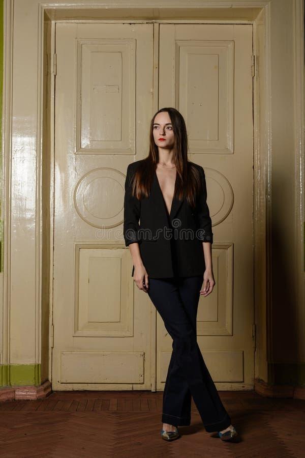 Retrato da menina bonita em um terno preto fotos de stock royalty free