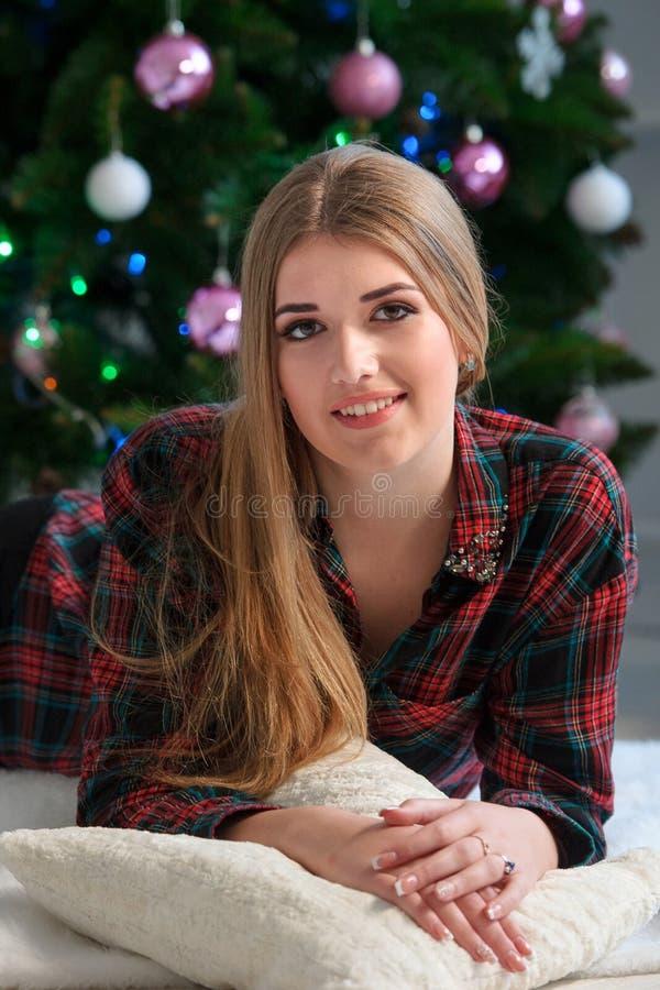 Retrato da menina bonita feliz na cama em casa com C decorado imagens de stock
