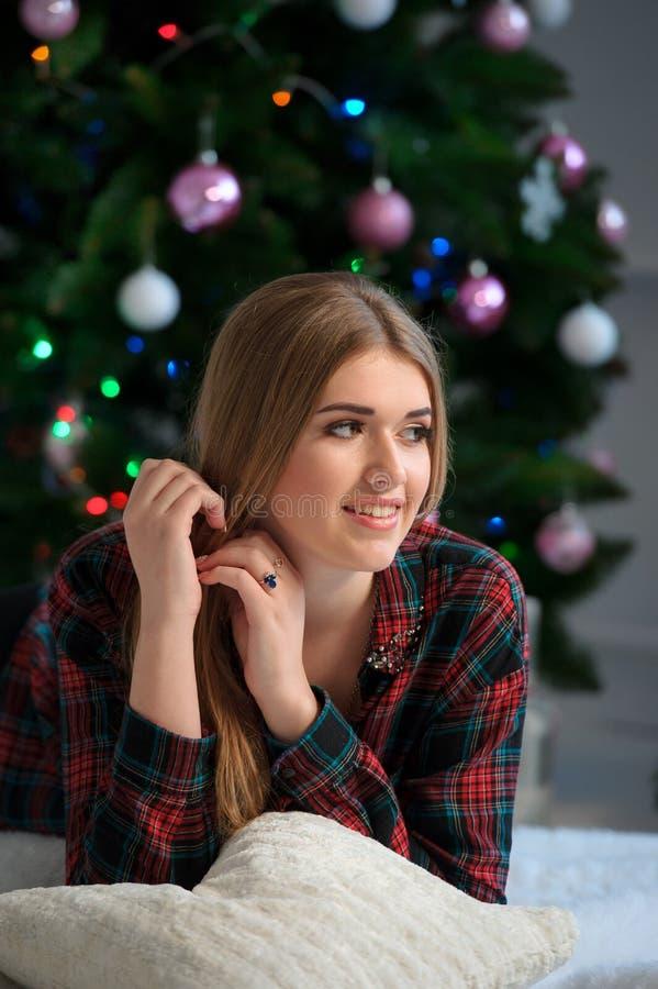 Retrato da menina bonita feliz na cama em casa com C decorado fotos de stock