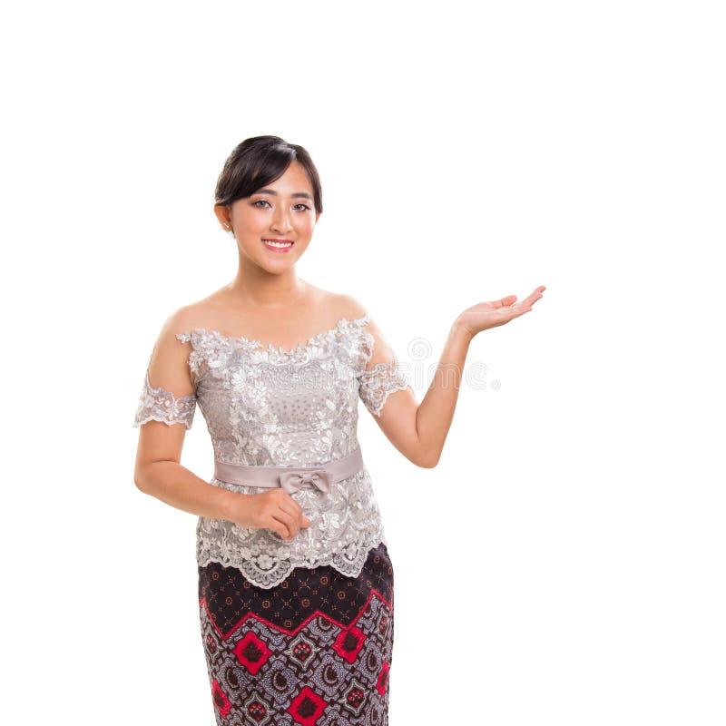 Retrato da menina bonita na roupa étnica que gesticula a sugestão, isolado no fundo branco imagem de stock