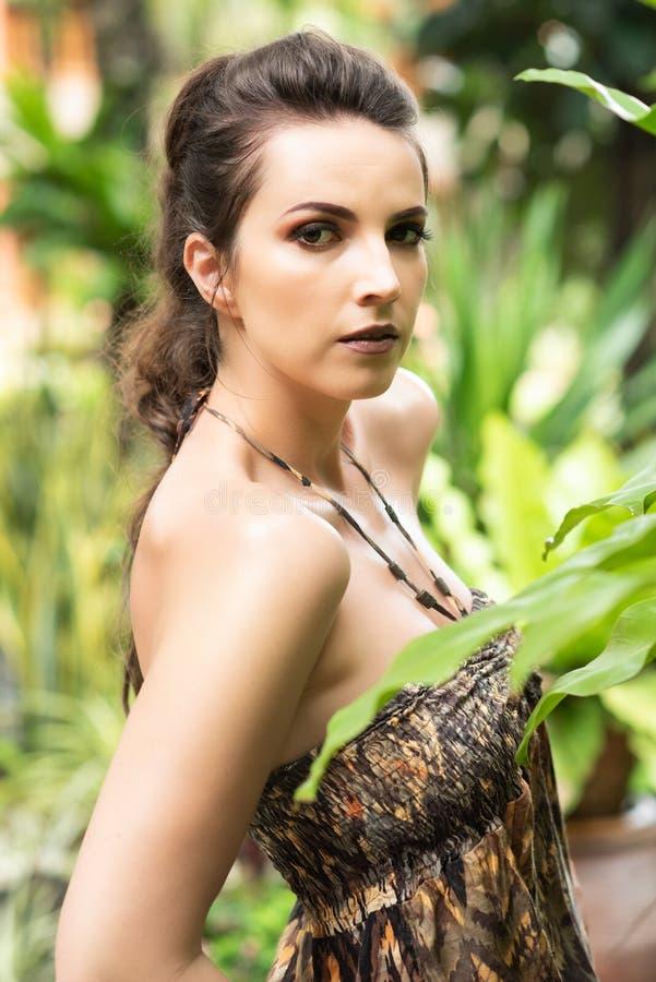 Retrato da menina bonita no jardim tropical imagem de stock royalty free