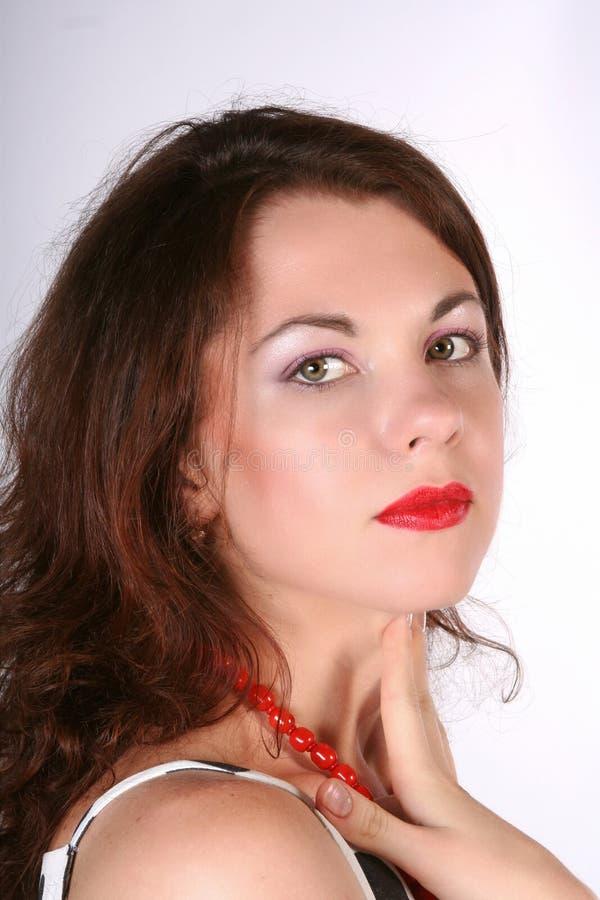 Retrato da menina bonita nova com bordos vermelhos fotos de stock