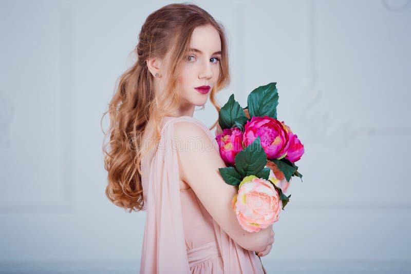Retrato da menina bonita nova com flores imagem de stock royalty free