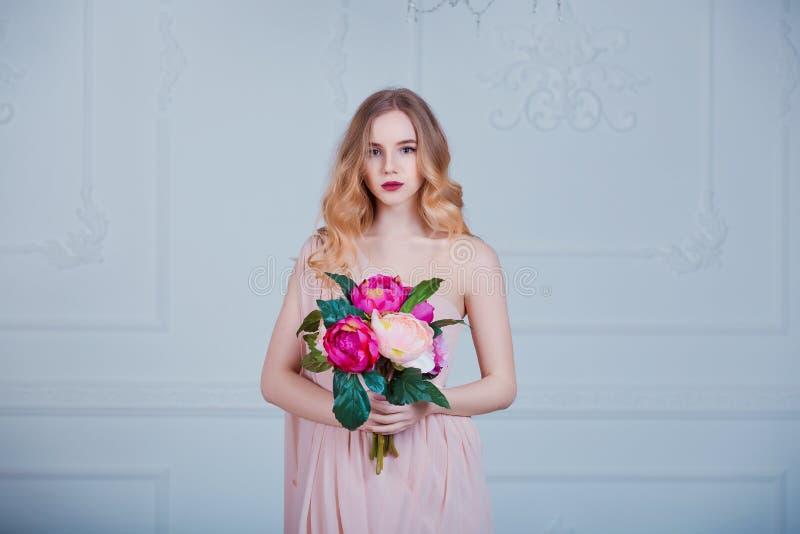 Retrato da menina bonita nova com flores fotos de stock royalty free