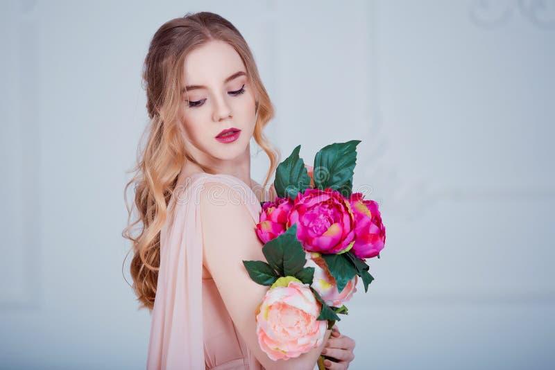 Retrato da menina bonita nova com flores fotografia de stock royalty free
