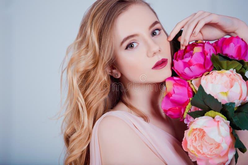 Retrato da menina bonita nova com flores foto de stock