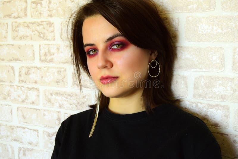 Retrato da menina bonita nova com olhos verdes e uma composição criativa brilhante em tons lilás imagem de stock royalty free
