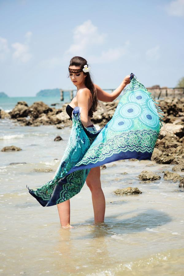 Retrato da menina bonita pelo oceano com lenço azul foto de stock royalty free