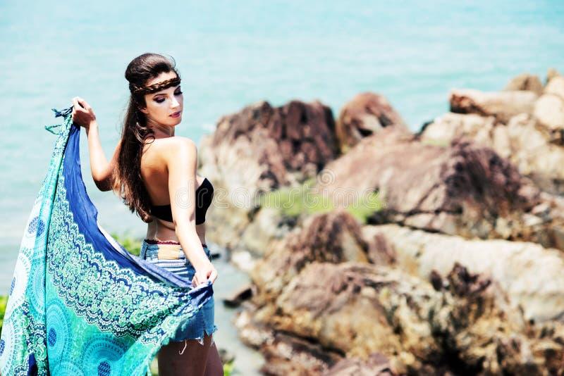 Retrato da menina bonita pelo oceano com lenço azul fotografia de stock royalty free