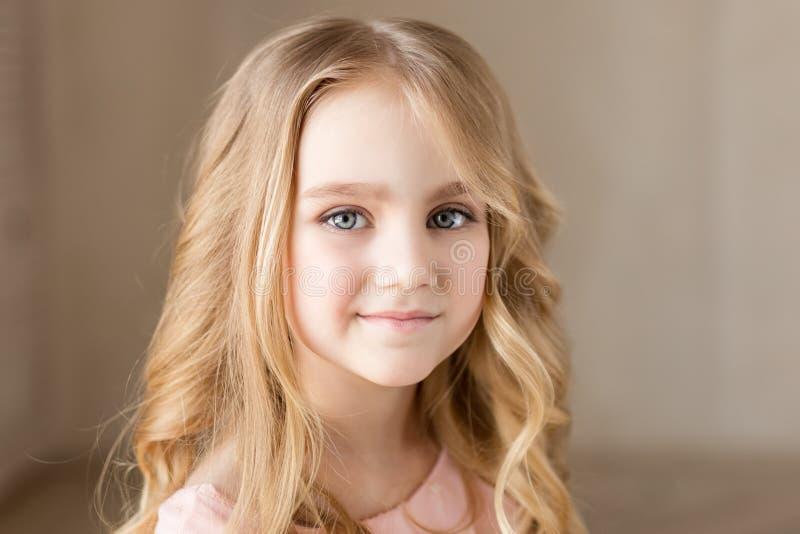Retrato da menina bonita bonita, sorrindo Foto interna Close-up imagem de stock royalty free