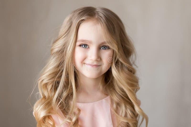 Retrato da menina bonita bonita, sorrindo Foto interna Close-up fotos de stock