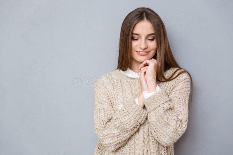 Retrato da menina bonita tímida doce nova que olha para baixo fotos de stock