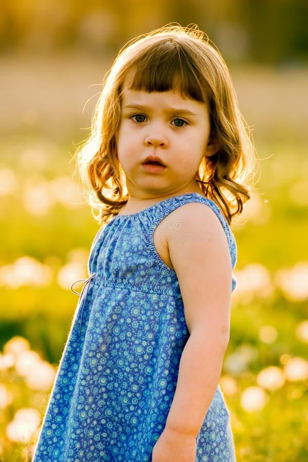 Retrato da menina bonito, confusa imagens de stock