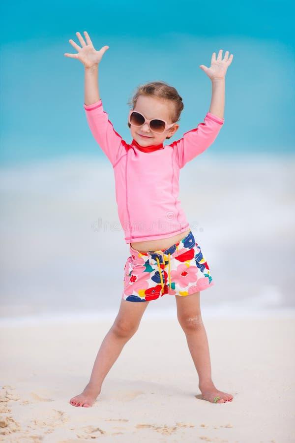 Menina bonito na praia fotos de stock