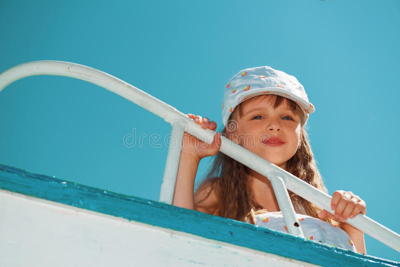 Retrato da menina bonito pequena que aprecia o jogo no barco fotografia de stock royalty free