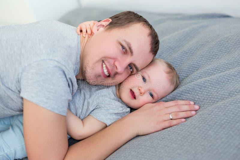 Retrato da menina bonito que abraça seu pai fotos de stock royalty free