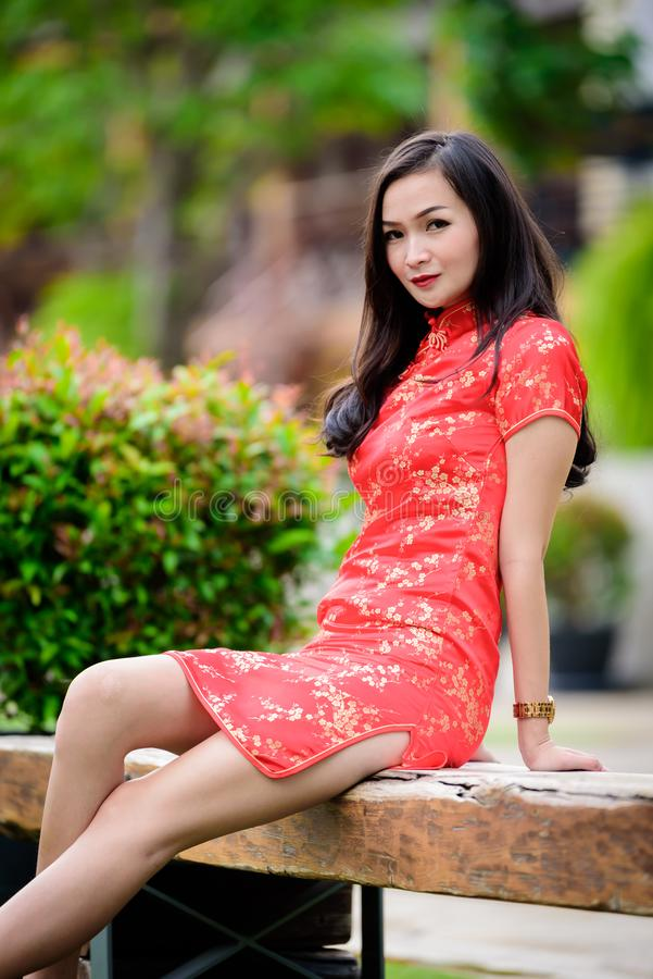 Retrato da menina chinesa e tailandesa asiática com conceito chinês feliz do ano novo imagem de stock royalty free