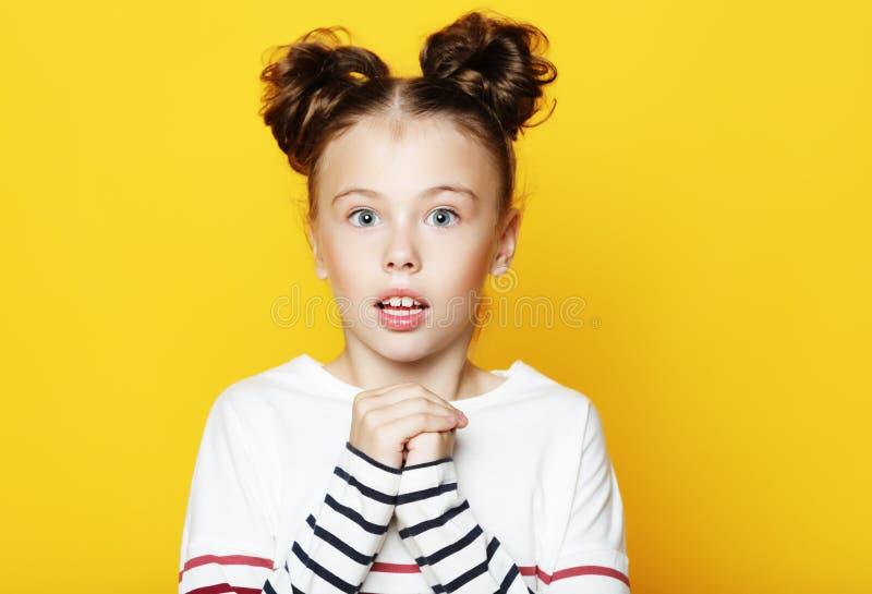 Retrato da menina com boca aberta e expressão louca Surpreendido ou chocado enfrente fotografia de stock royalty free