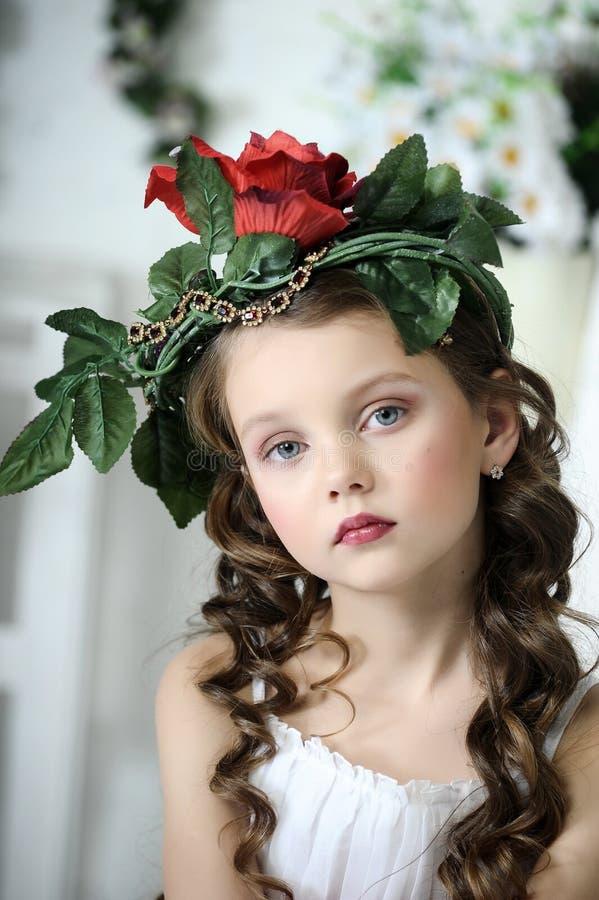Retrato da menina com flores imagem de stock royalty free