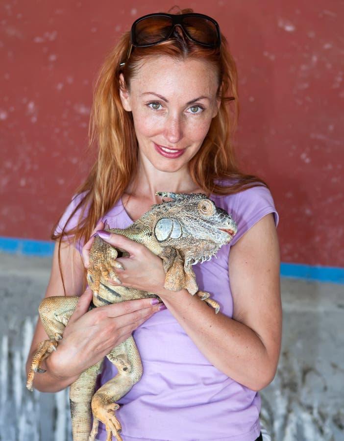 Retrato da menina com a iguana fotografia de stock