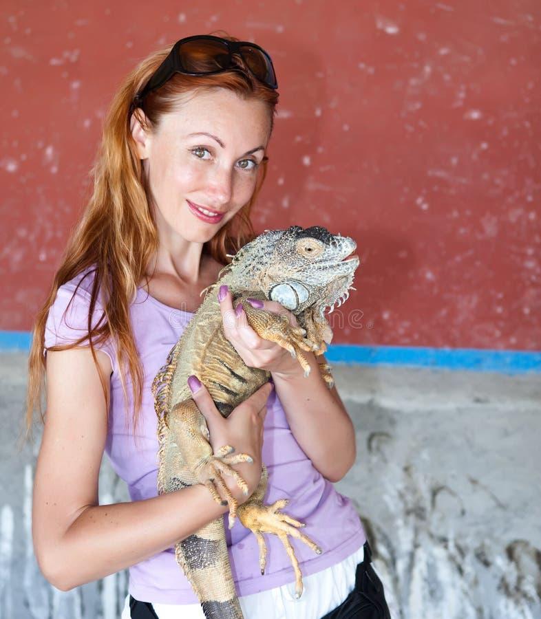 Retrato da menina com a iguana imagem de stock