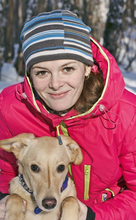 Retrato da menina com o cão no close-up do parque do inverno imagem de stock
