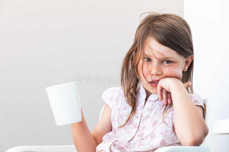 Retrato da menina com o copo do chocolate quente imagem de stock royalty free