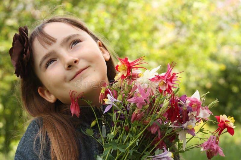 Retrato da menina com o ramalhete das flores foto de stock royalty free