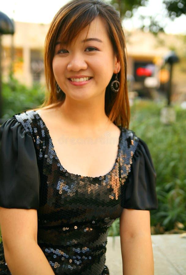 Retrato da menina consideravelmente asiática dos jovens foto de stock