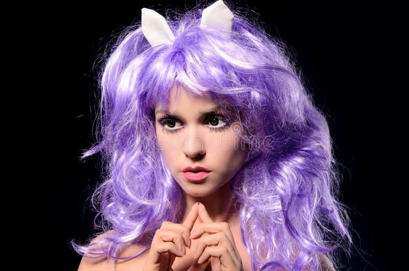 Retrato da menina cosplay na peruca roxa fotos de stock royalty free