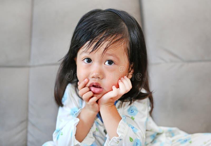 Retrato da menina da criança com o ranho que flui de seu nariz fotografia de stock