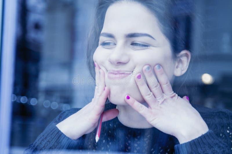 Retrato da menina criativa nova do estudante que tem o divertimento quando studyin foto de stock royalty free