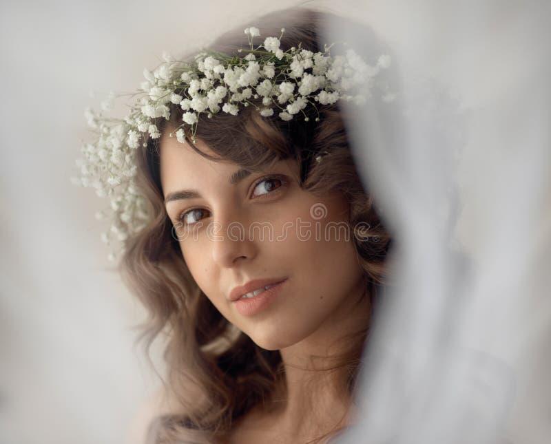 Retrato da menina da proposta da beleza de mola fotografia de stock