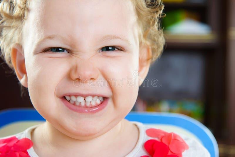 Retrato da menina de cabelo encaracolado bonito imagem de stock royalty free
