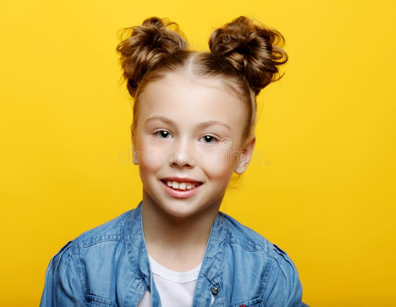 Retrato da menina de sorriso alegre no fundo amarelo fotografia de stock royalty free