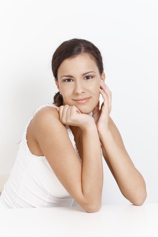 Retrato da menina de sorriso atrativa sobre o branco imagens de stock