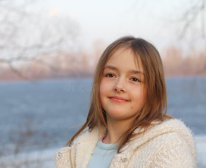 Retrato da menina de sorriso bonita no por do sol fotos de stock
