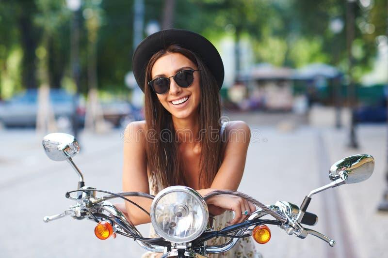 Retrato da menina de sorriso bonita no 'trotinette' imagem de stock