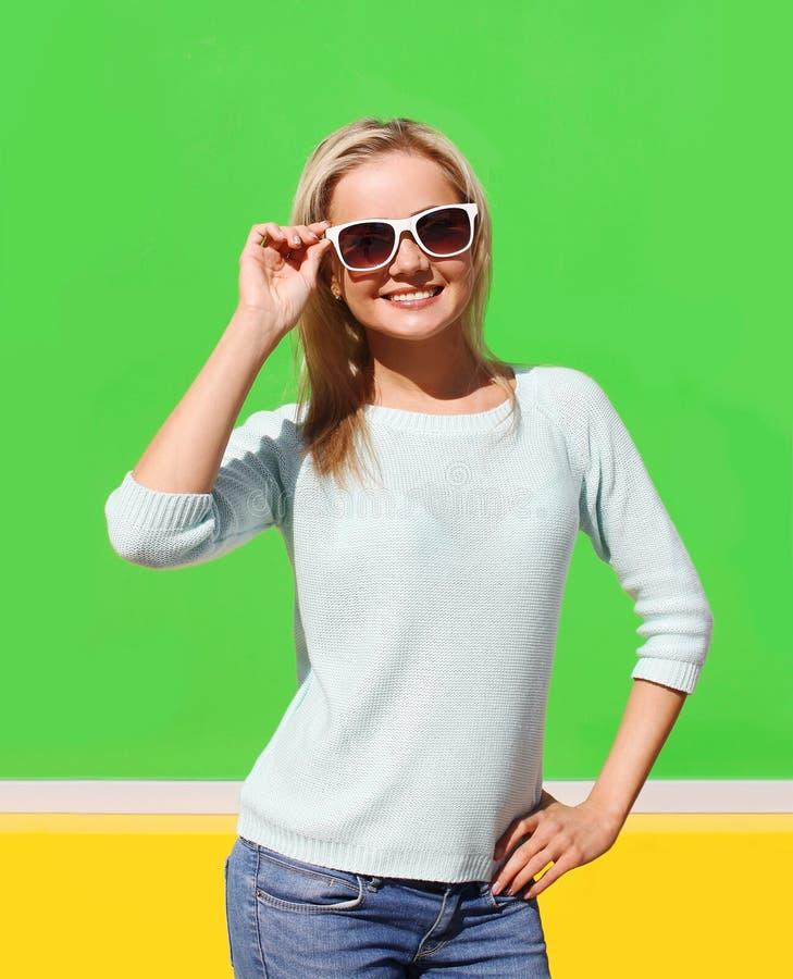 Retrato da menina de sorriso consideravelmente fresca nos óculos de sol que têm o divertimento imagens de stock