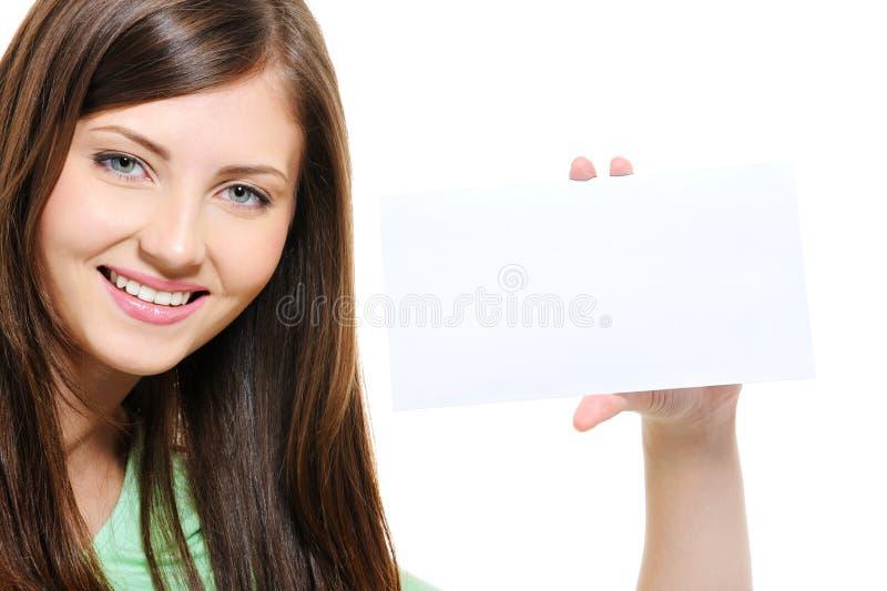 Retrato da menina de sorriso da beleza que prende o cartão branco fotografia de stock royalty free