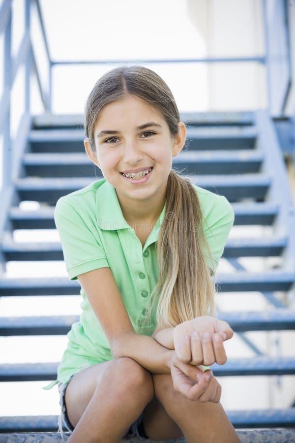 Retrato da menina de sorriso do Tween imagens de stock
