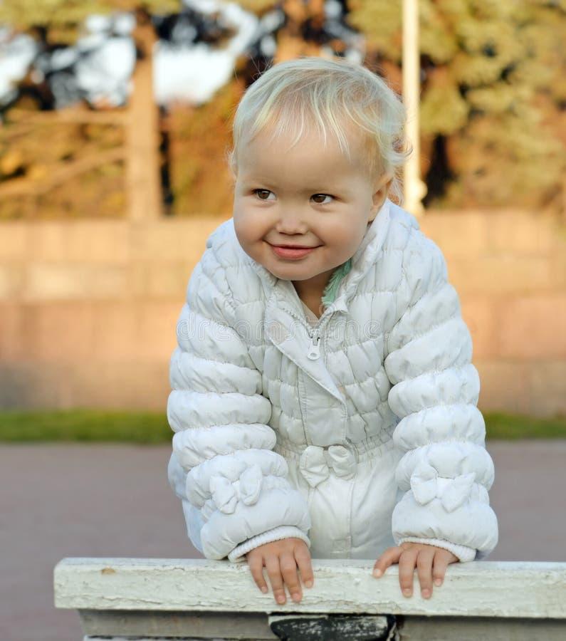 Retrato da menina de sorriso feliz na caminhada fotografia de stock