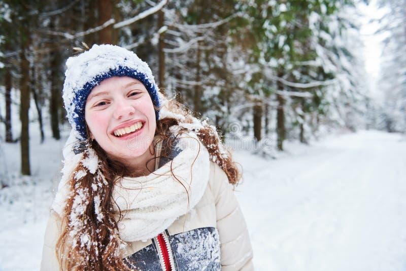 Retrato da menina de sorriso feliz na floresta nevado do inverno fotografia de stock