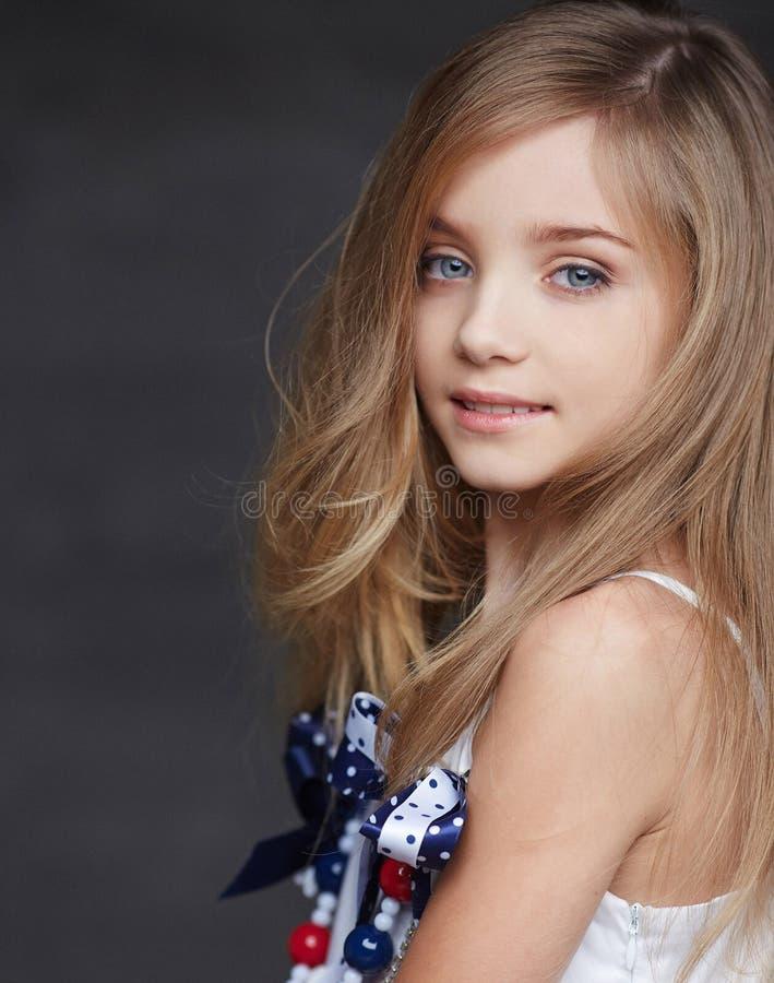 Retrato da menina de sorriso nova imagem de stock royalty free