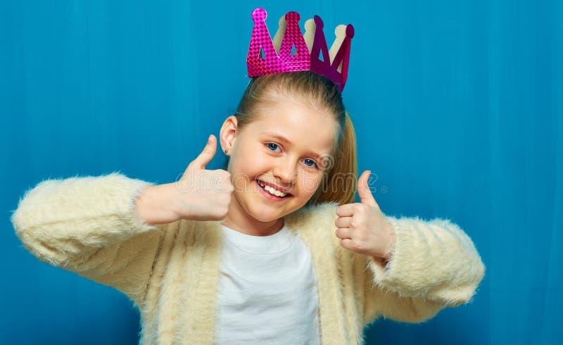 Retrato da menina de sorriso que mostra o polegar acima fotografia de stock royalty free
