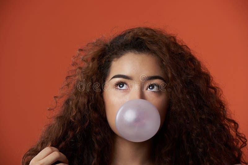 Retrato da menina do adolescente com pastilha elástica foto de stock