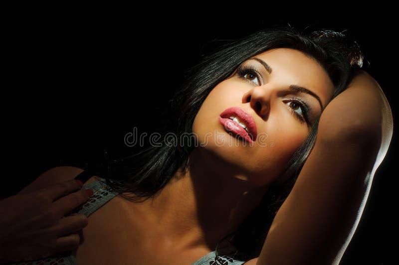 Retrato da menina do brunette da beleza imagens de stock