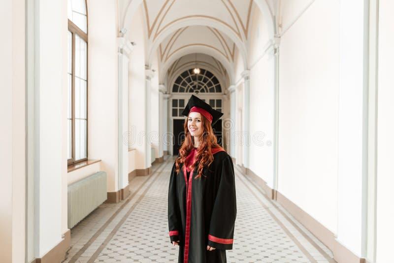 Retrato da menina do estudante de graduação da universidade foto de stock