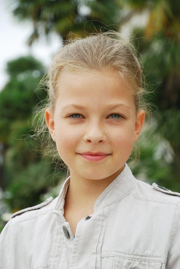 Retrato da menina do preteen do cheerfu. foto de stock