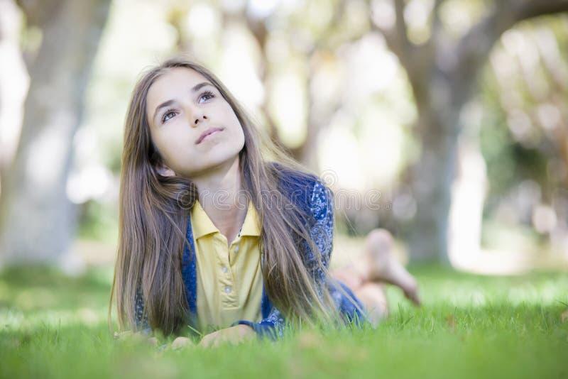 Retrato da menina do Tween na grama fotografia de stock royalty free